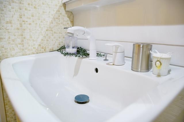 洗面台の排水栓は外せる!2種類の栓に応じた外し方を解説します!