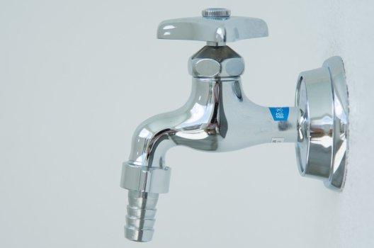 洗濯機の給水口から水漏れ 水漏れ箇所別の原因・自分でできる対処法