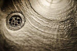 排水管の掃除方法を大紹介!排水管に水漏れや詰まりが起きる原因とは