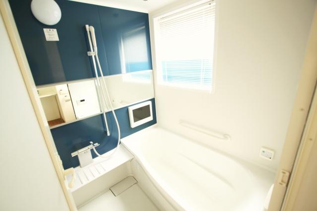 風呂の排水詰まりは業者に!修理の料金相場・緊急の応急処置法も解説