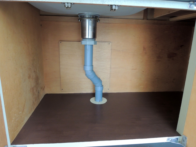 シンク下に防臭キャップは効果なし?排水口の臭いを完全になくす方法