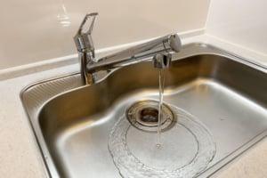 排水溝のポコポコ音はつまりが原因?台所などの水回り環境の改善方法